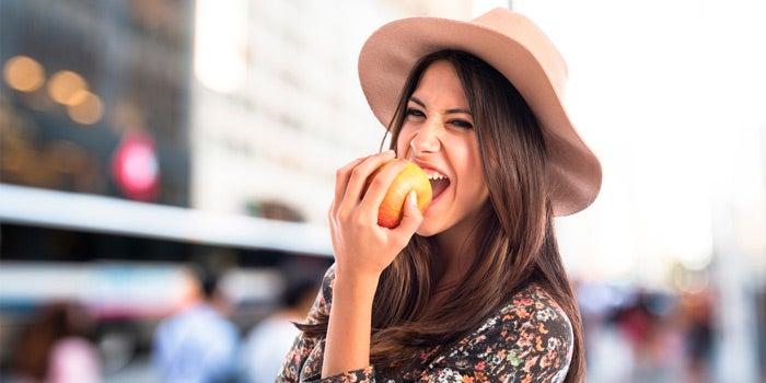 Femme croquant une pomme