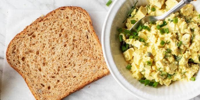 Salade aux oeufs et une tranche pain de mie