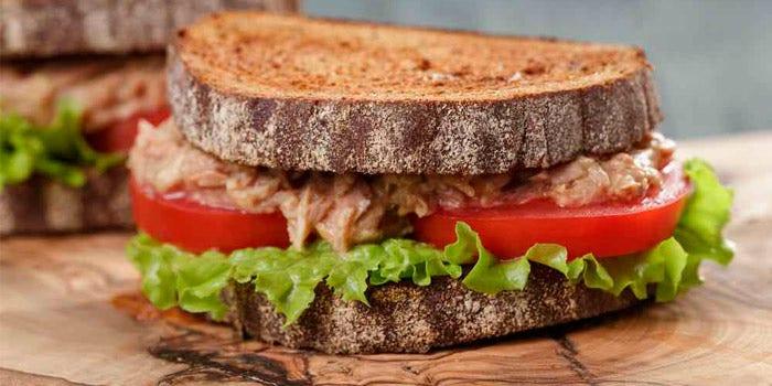 Sandwich de blé complet avec de la salade de thon