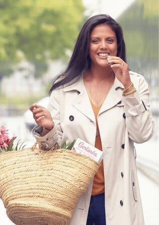 Femme mangeant une barre Gerlinéa en revenant du marché