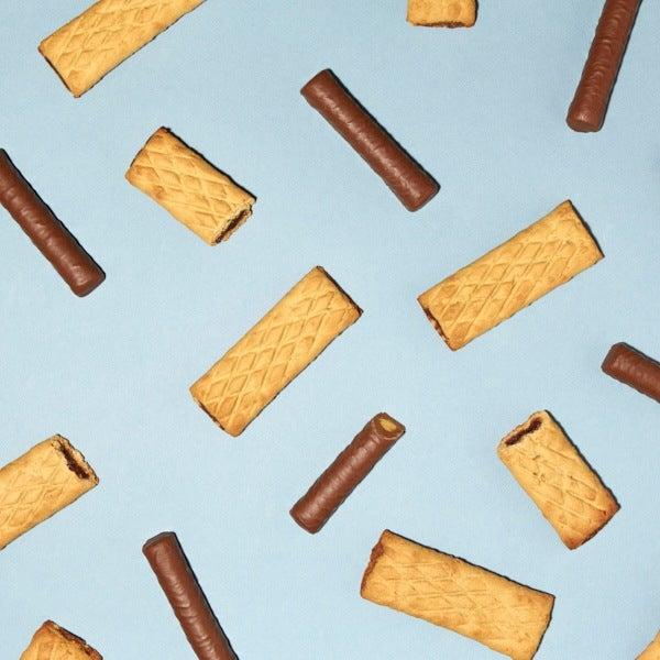 Barres fourrées et barres repas chocolatées sur fond bleu